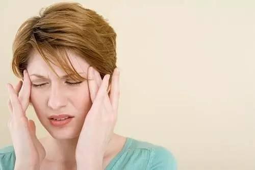 常在清晨发作,且比较剧烈,有时在睡眠中被痛醒,但起床轻度活动后头疼
