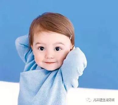 8个月的宝宝开始学习爬行;1岁左右的宝宝基本会走路了.