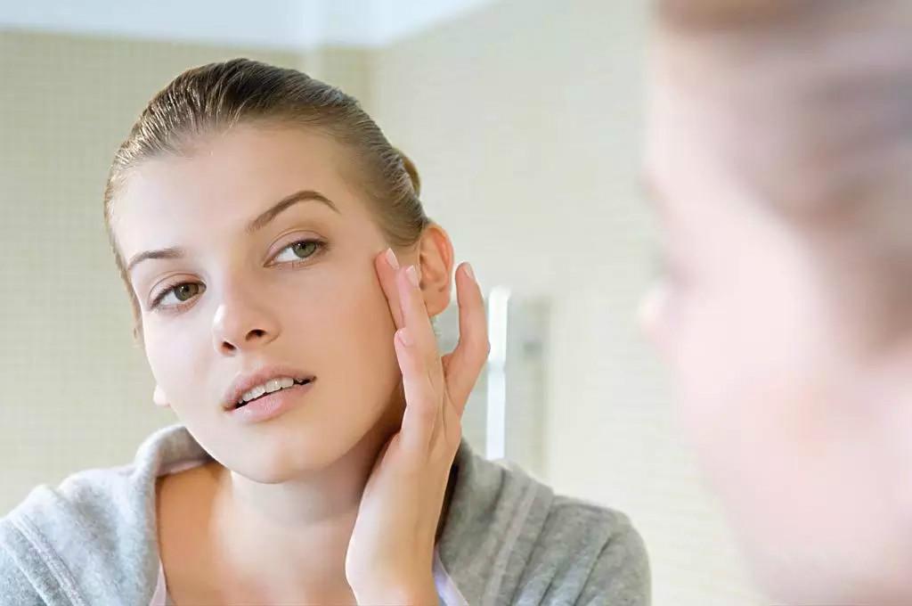 个人主页 医生文章 详情    坏影响:毛孔感染,然后就是长痘.祛痘.