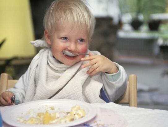 怎样让宝宝乖乖自己吃饭?图片