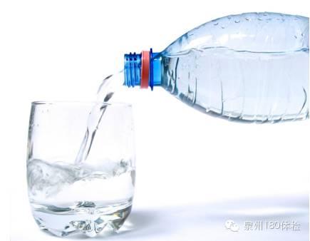 瓶装水这样喝,喝毒水,正确科学饮水法则!